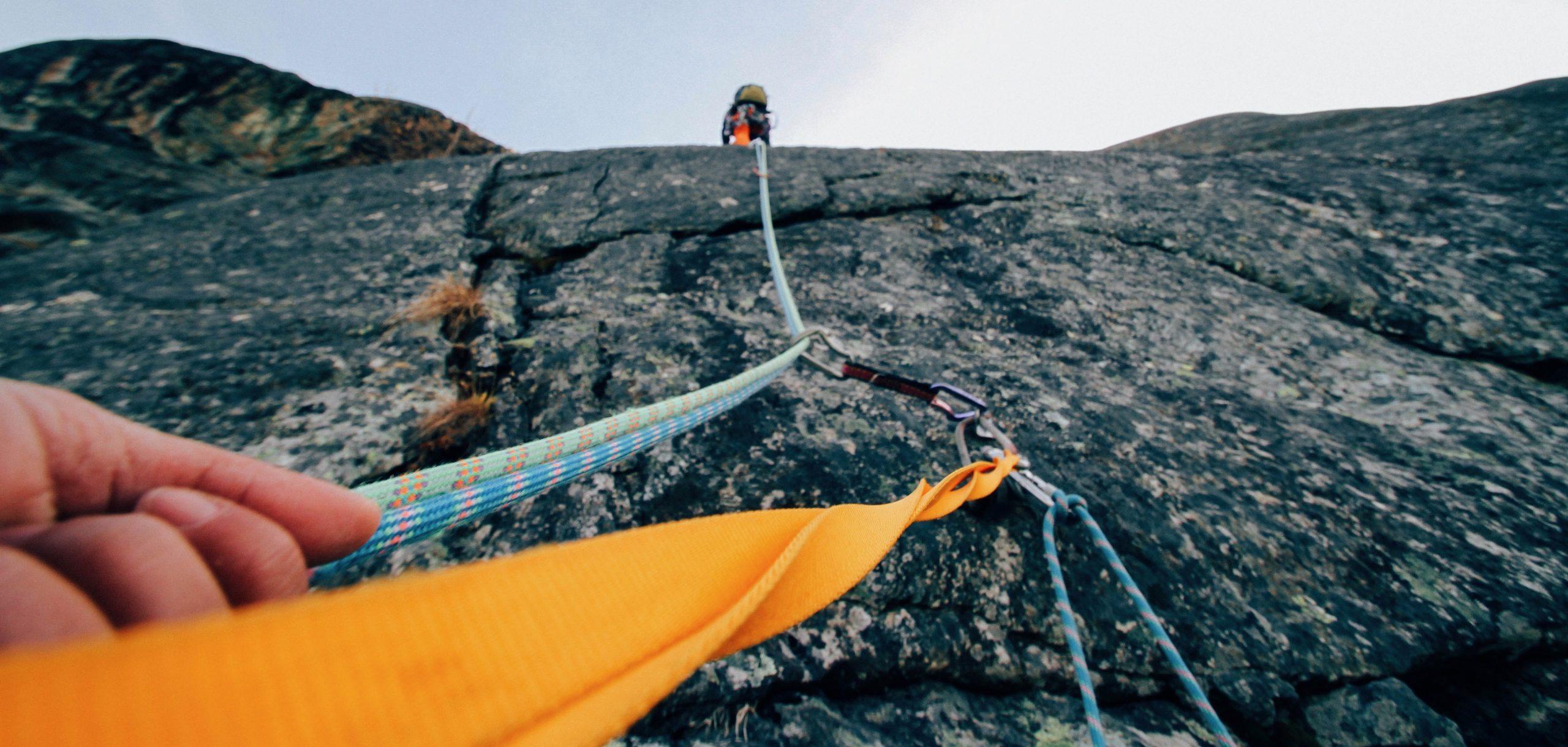 Homme assurant un grimpeur